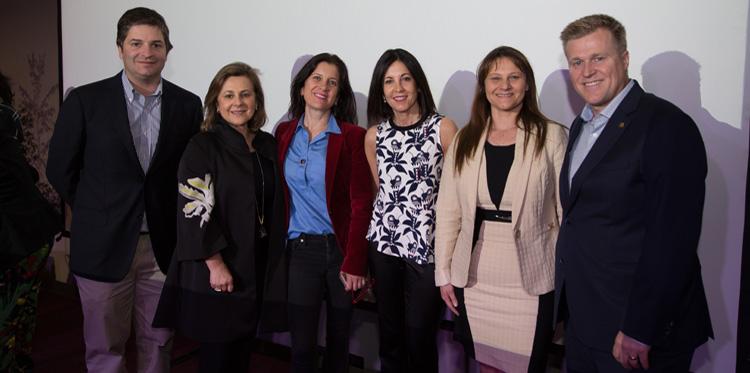 Turbus junto a la primera ganadora del premio Región Impacta